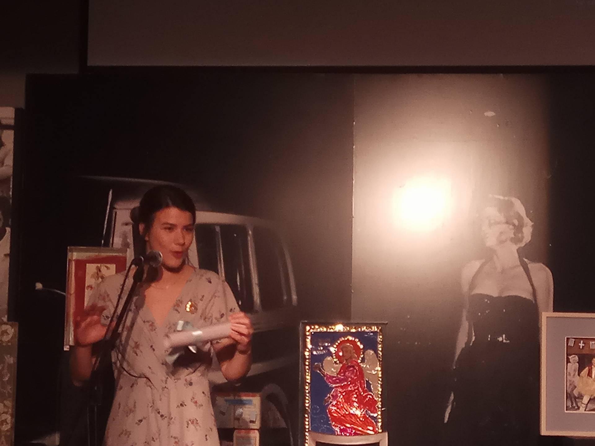 6a4ae47011e7 Το βραβείο ανέρχεται σε 3.000 ευρώ και η τιμώμενη ηθοποιός κρατά για ένα  χρόνο την καρφίτσα της Μελίνας Μερκούρη