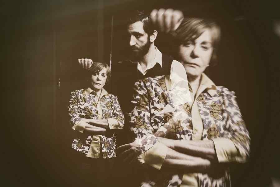 c8db983f80 Ο Δημήτρης Καραντζάς σκηνοθετεί την Μπέτυ Αρβανίτη στο «Γύαλινο Κόσμο»
